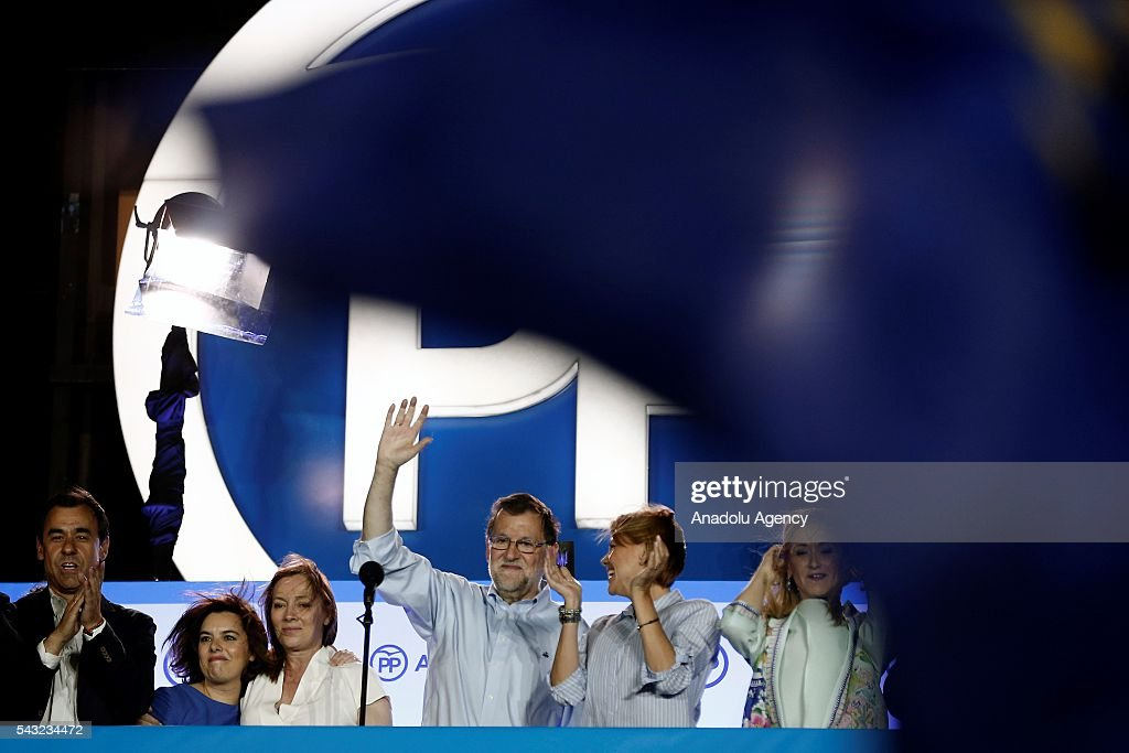Spanish leader of the People's Party Mariano Rajoy (C) addresses their supporters from the party´s headquarters after the announcement of general election results in Madrid, Spain, on 26 June 2016.