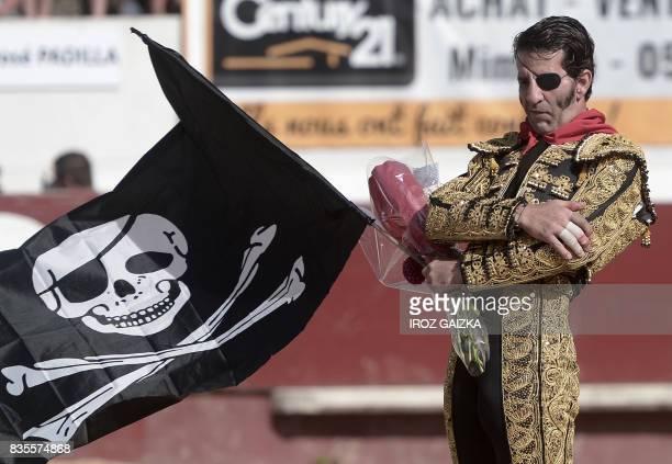 Spanish matador Juanjose Padilla gestures to the crowd at Courant arena in Mimizan southwestern France on August 19 2017 / AFP PHOTO / IROZ GAIZKA