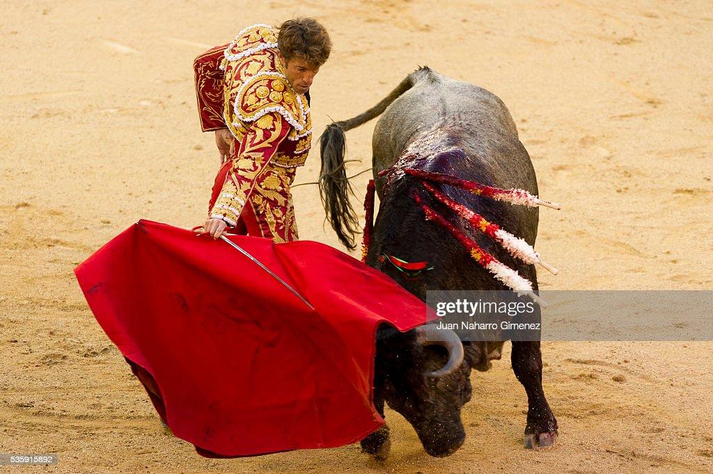 Spanish matador Manuel Escribano performs during the San Isidro bullfight festival at Las Ventas bullring on May 30, 2016 in Madrid, Spain.