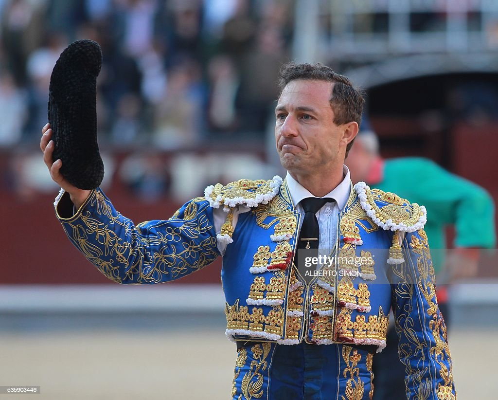Spanish matador Rafaelillo gestures towards the crowd during the San Isidro bullfight festival at Las Ventas bullring in Madrid on May 30, 2016. / AFP / ALBERTO