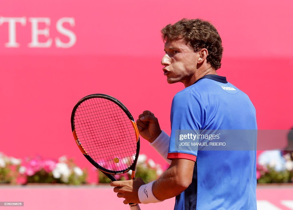 Spanish Pablo Carreno Busta reacts a point against French Gilles Simon during their quarter-final Estoril Open Tennis tournament in Estoril on April 29, 2016. / AFP / JOSE