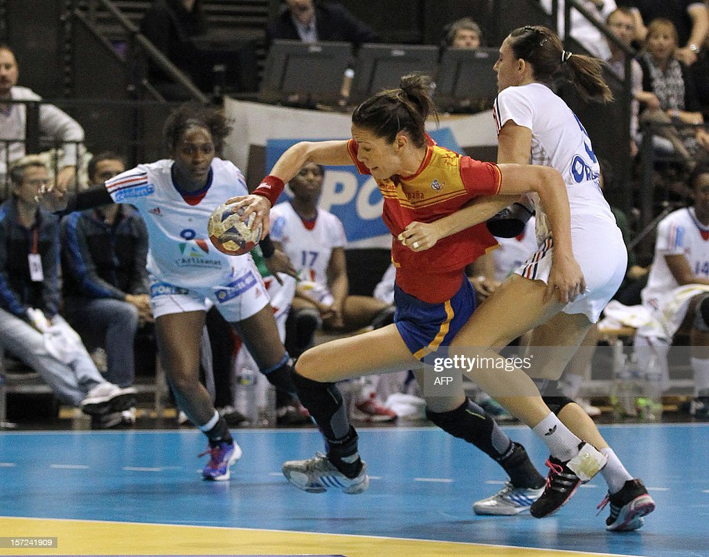 Spanish player Begona Fernandez (C) fights for the ball during the friendly women's handball match France vs Spain, on November 30, 2012 at the Palais des victoires sports hall, in Cannes, southeastern France.