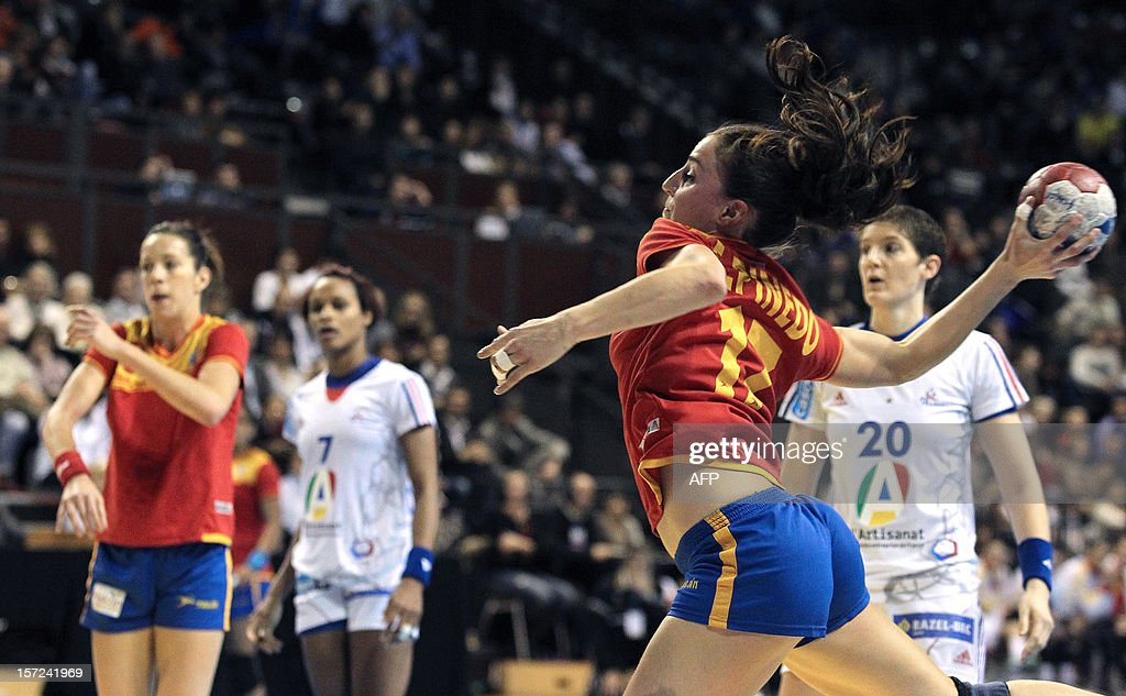 Spanish player Elisabeth Pinedo (R) shoots during the friendly women's handball match France vs Spain, on November 30, 2012 at the Palais des victoires sports hall, in Cannes, southeastern France. AFP PHOTO / JEAN CHRISTOPHE MAGNENET