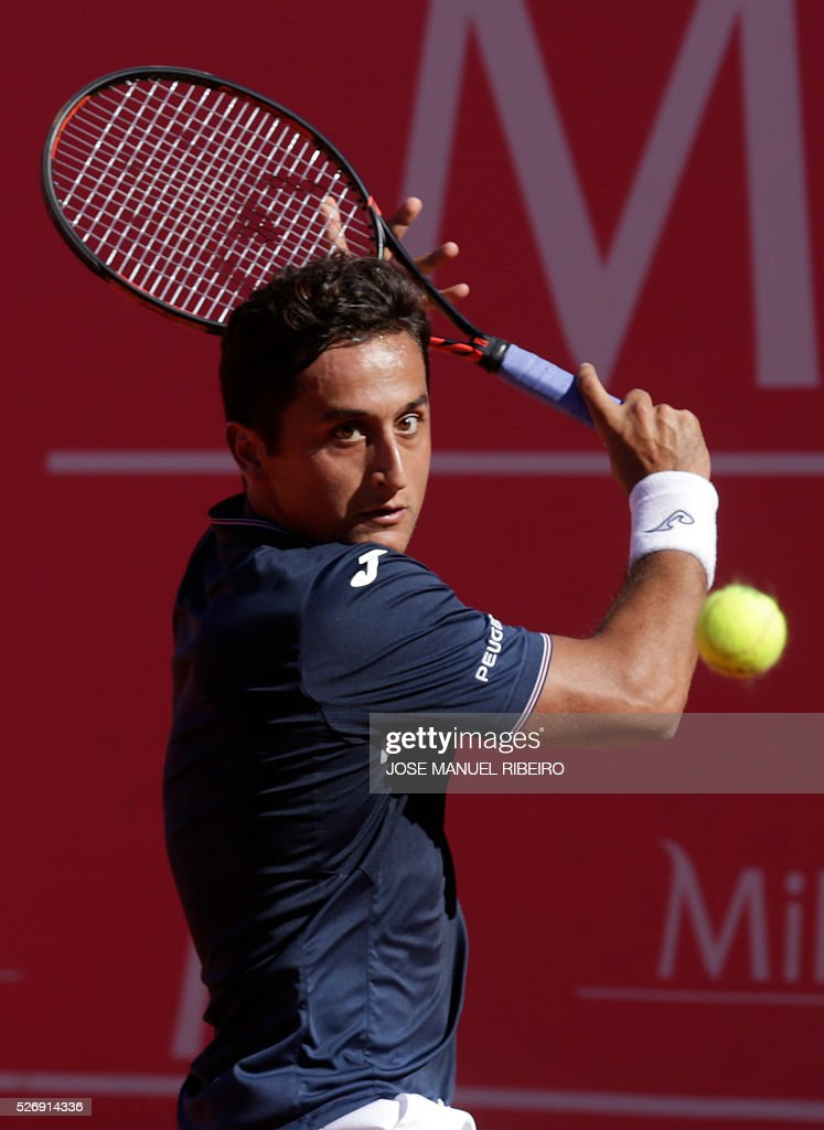 Spanish player Nicolas Almagro returns a ball to his compatriot Pablo Carreno Busta during the Estoril Open Tennis tournament in Estoril on May 1, 2016. Almagro won 6-7, 7-6 and 6-3. / AFP / JOSE