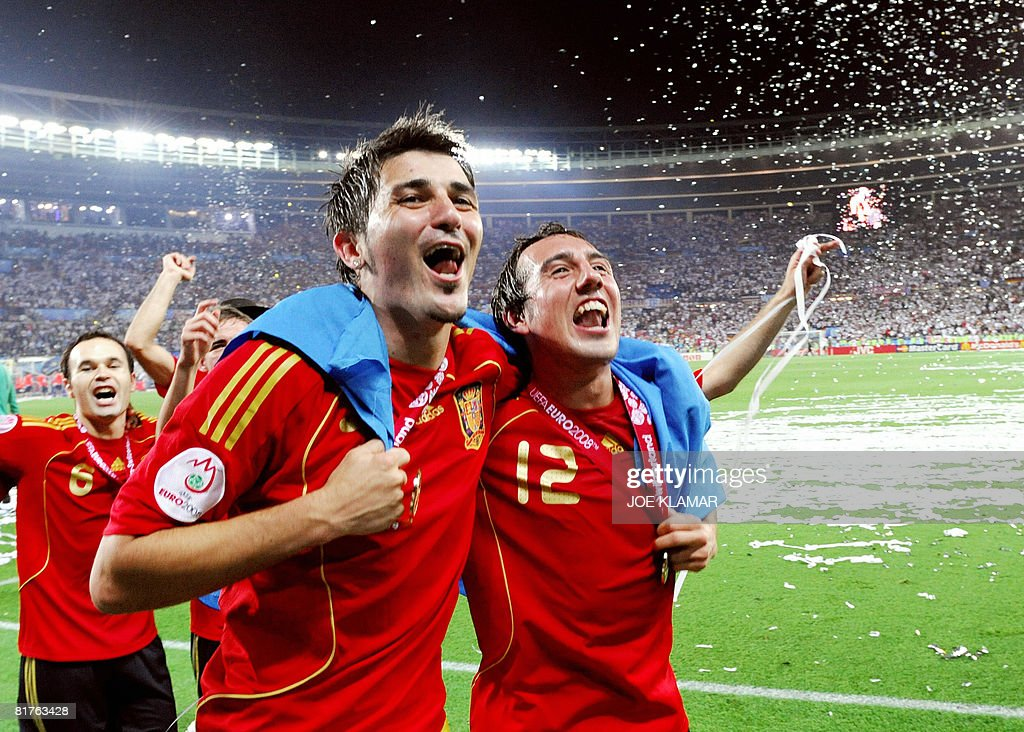 Spanish players celebrate after winning the Euro 2008 championships final football match over Germany on June 29, 2008 at Ernst-Happel stadium in Vienna, Austria. Spain ended their 44-year wait for a major international title with a 1-0 victory over Germany at the Euro 2008 final. AFP PHOTO / JOE KLAMAR -- MOBILE SERVICES OUT --