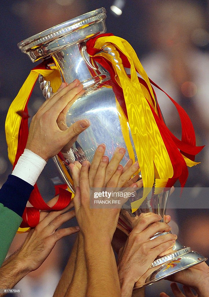 Spanish players hold the trophy as they celebrate winning the Euro 2008 championships final football match over Germany on June 29, 2008 at Ernst-Happel stadium in Vienna, Austria. Spain ended their 44-year wait for a major international title with a 1-0 victory over Germany at the Euro 2008 final. AFP PHOTO / FRANCK FIFE -- MOBILE SERVICES OUT --