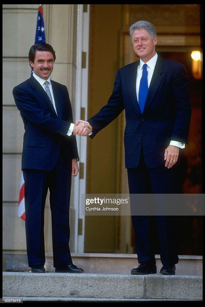 ¿Cuánto mide José María Aznar? Spanish-pm-jose-maria-aznar-shaking-hands-w-visiting-us-pres-bill-picture-id50373413