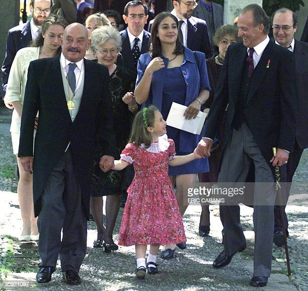 Spanish poet Jose Hierro holds the hand of her grand daughter with Spanish King JuanCarlos 23 April 1999 after receiving the Cervantes Prize from...