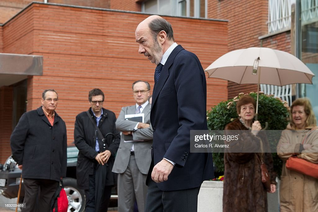 Spanish politician Alfredo Perez Rubalcaba visits King Juan Carlos of Spain at La Milagrosa Hospital on March 6 2013 in Madrid Spain King Juan Carlos...