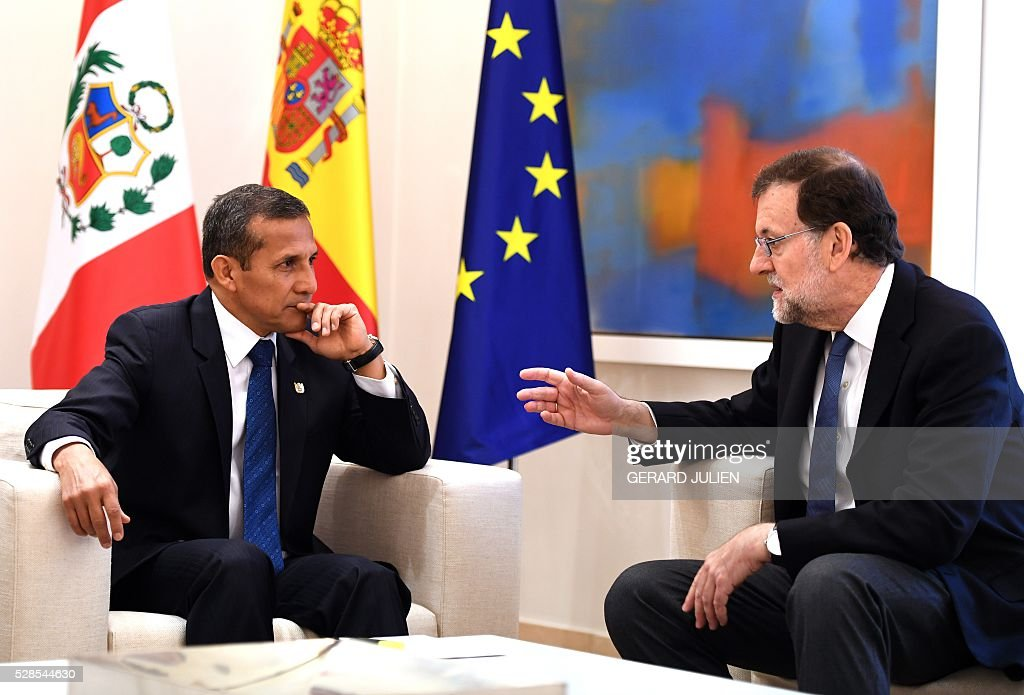 Spanish Prime Minister Mariano Rajoy (R) chats with Peru's President Ollanta Humala during a meeting at La Moncloa palace in Madrid on May 6, 2016. / AFP / GERARD