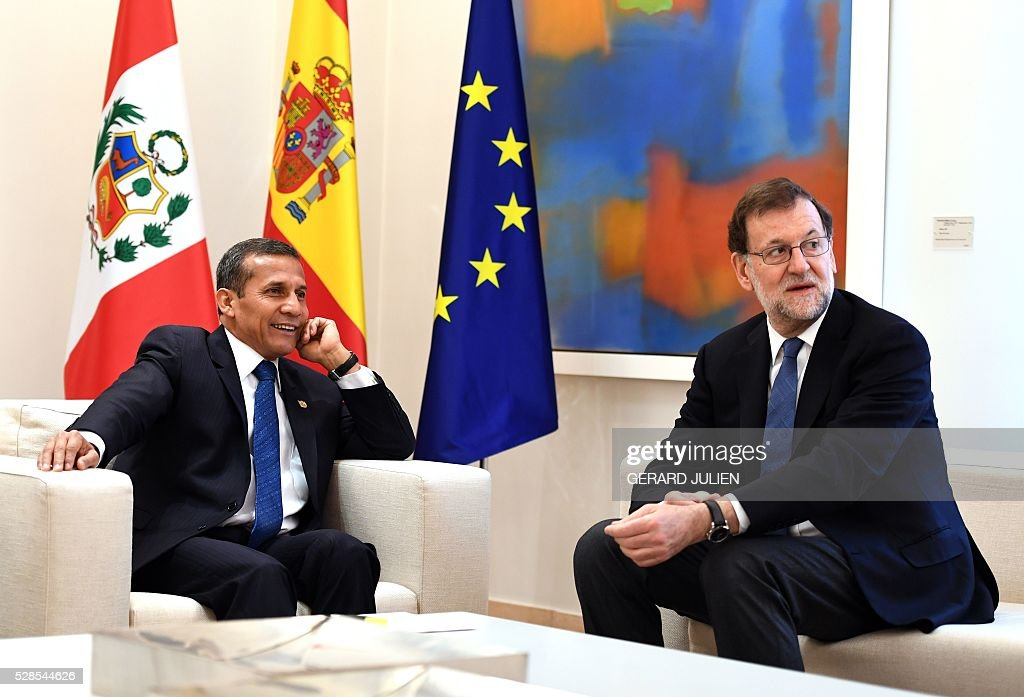 Spanish Prime Minister Mariano Rajoy (R) poses with Peru's President Ollanta Humala during a meeting at La Moncloa palace in Madrid on May 6, 2016. / AFP / GERARD