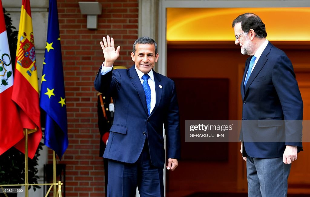 Spanish Prime Minister Mariano Rajoy (R) poses with Peru's President Ollanta Humala upon his arrival to a meeting at La Moncloa palace in Madrid on May 6, 2016. / AFP / GERARD