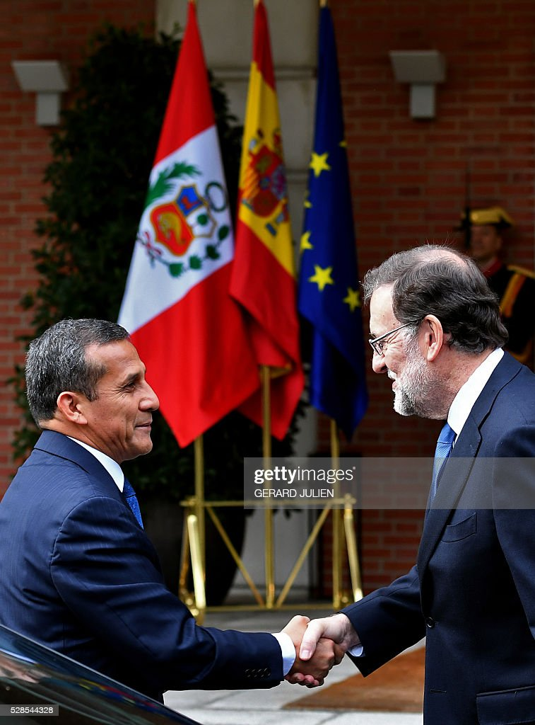 Spanish Prime Minister Mariano Rajoy (R) shakes hands with Peru's President Ollanta Humala prior to a meeting at La Moncloa palace in Madrid on May 6, 2016. / AFP / GERARD