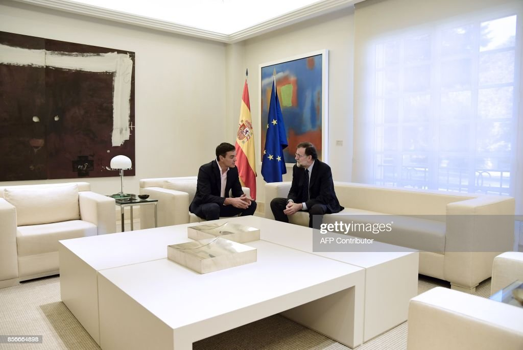 Spanish Prime Minister Mariano Rajoy (R) speaks with Spanish Socialist Party PSOE leader Pedro Sanchez during their meeting at La Moncloa palace in Madrid on October 2, 2017. Spain came under international pressure today to resolve a spiralling crisis with its Catalan region after a banned independence referendum was marred by shocking scenes of police violence. /