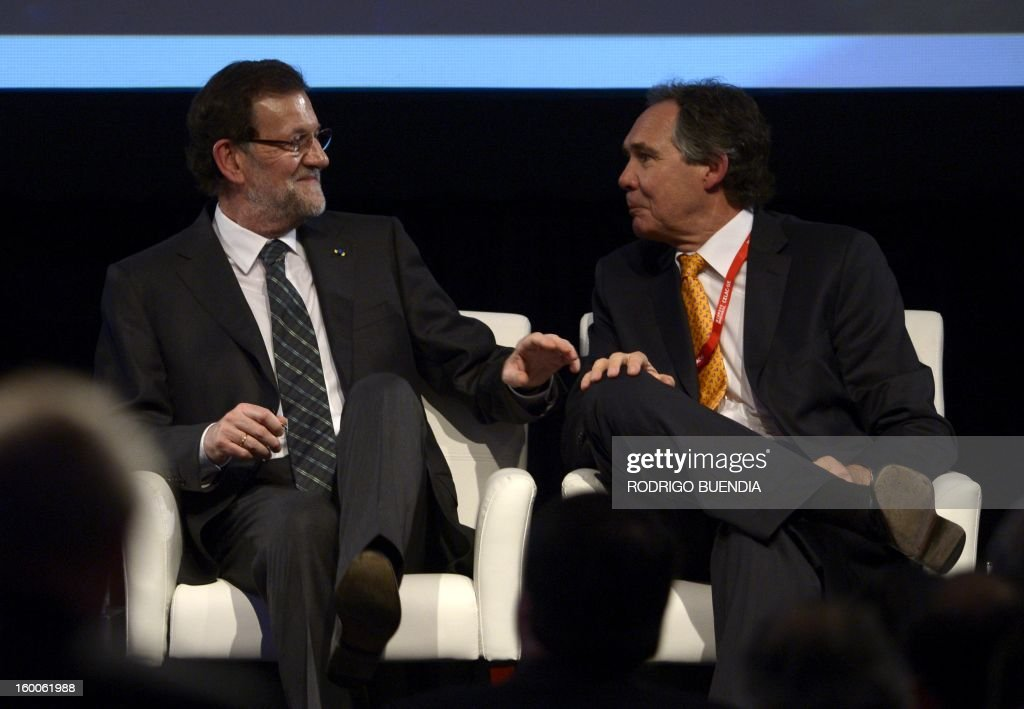 Spanish Prime Minister Mariano Rajoy (L) speaks with the president Chilean Confederation of Production and Commerce, Lorenzo Constans, during the opening of the IV Business Meeting in the framework of the weekend's two-day CELAC-EU Summit in Santiago, during his official visit to Chile on January 25, 2013. More than 40 Heads of State and Government of the Community of Latin American and Caribbean States (CELAC) and the European Union (EU) will meet on January 26 and 27 to promote a strategic partnership between the two regions. AFP PHOTO/RODRIGO BUENDIA