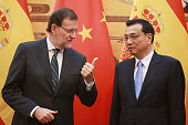 Spanish Prime Minister Mariano Rajoy talks with Chinese Premier Li Keqiang during a signing ceremony in the Great Hall of the People on September 25...