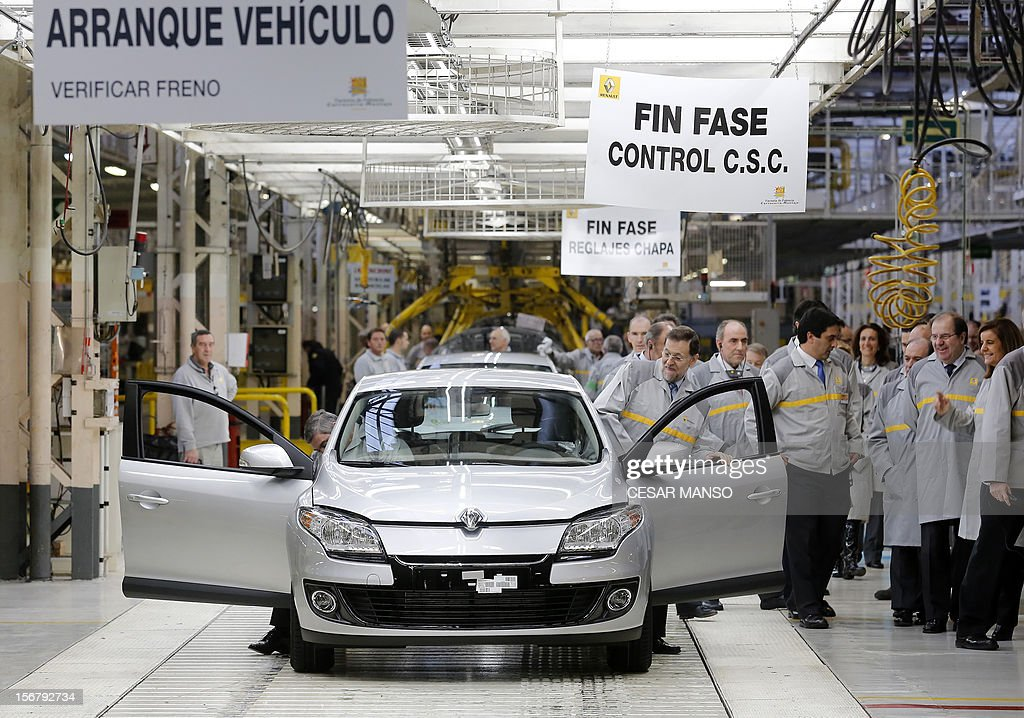 Spanish Prime Minister Mariano Rajoy (C) visits the Villamuriel Renault factory in northern Spain on November 21, 2012. French car maker Renault plans to create 1,300 jobs at its factories in recession-hit Spain, Spanish Prime Minister Mariano Rajoy said. Renault has an industrial plan to develop its Spanish plants which will involve 'the creation of 1,300 new jobs', Rajoy said.