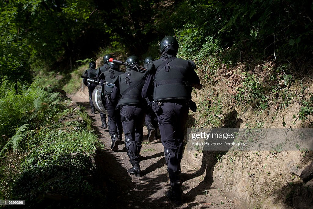 Spanish riot police patrol a mountain near Mieres searching for miners on June 15, 2012 in northern Spain. Spanish coal miners are staging a nationwide strike organised by unions opposed to subsidy reductions from 300 million to 110 million Euros.