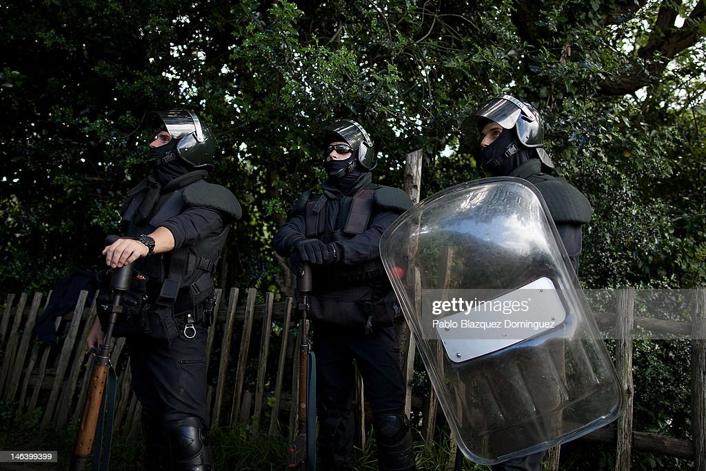 Spanish riot police search for miners up a mountain near Mieres on June 15, 2012 in northern Spain. Spanish coal miners are staging a nationwide strike organised by unions opposed to subsidy reductions from 300 million to 110 million Euros.