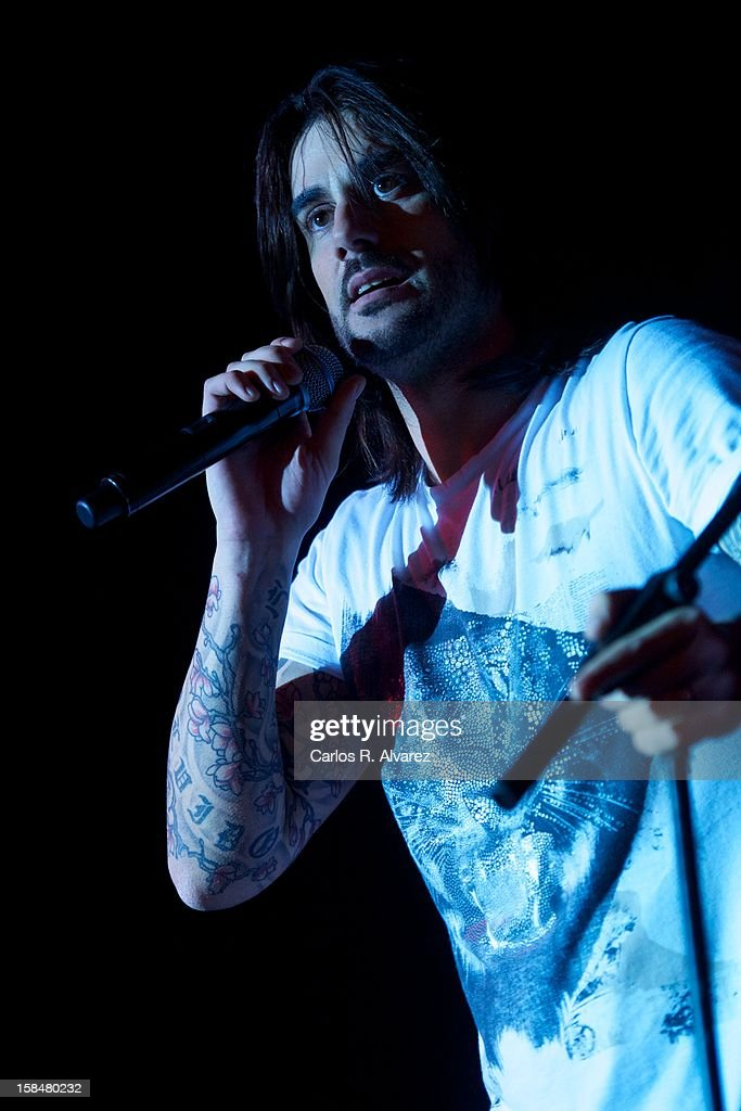 Spanish singer Melendi performs on stage at La Riviera Club on December 17, 2012 in Madrid, Spain.