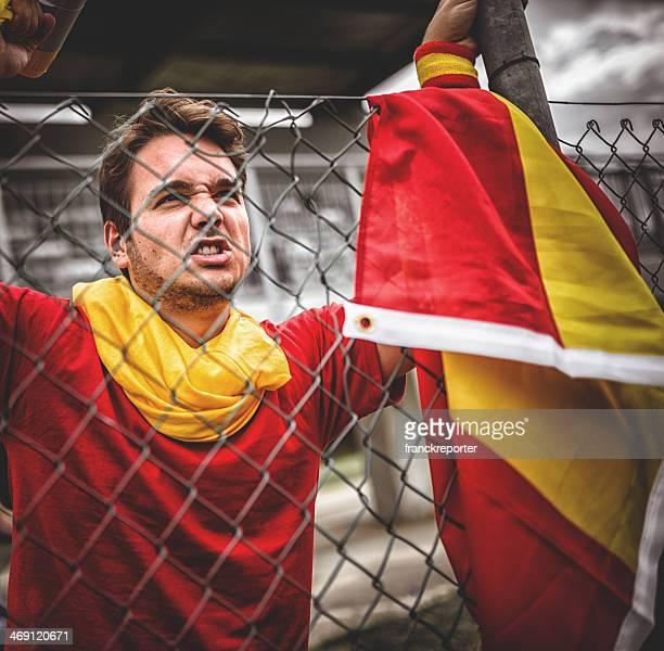Ayudante de fútbol español gritos en el borde de campo