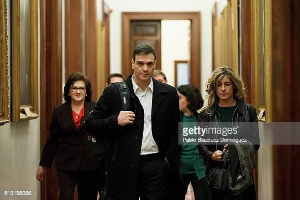 Spanish Socialist Party leader Pedro Sanchez and his wife Begona Gomez walk along a corridor after a debate to form a new government at the Spanish...