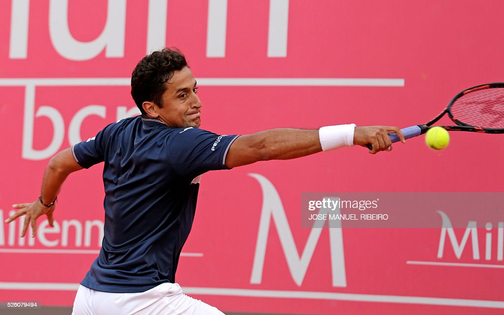 Spanish Tennis player Nicolas Almagro returns a ball to Argentinian player Leonardo Mayer during their quarter-final Estoril Open Tennis tournament in Estoril on April 29, 2016. / AFP / JOSE