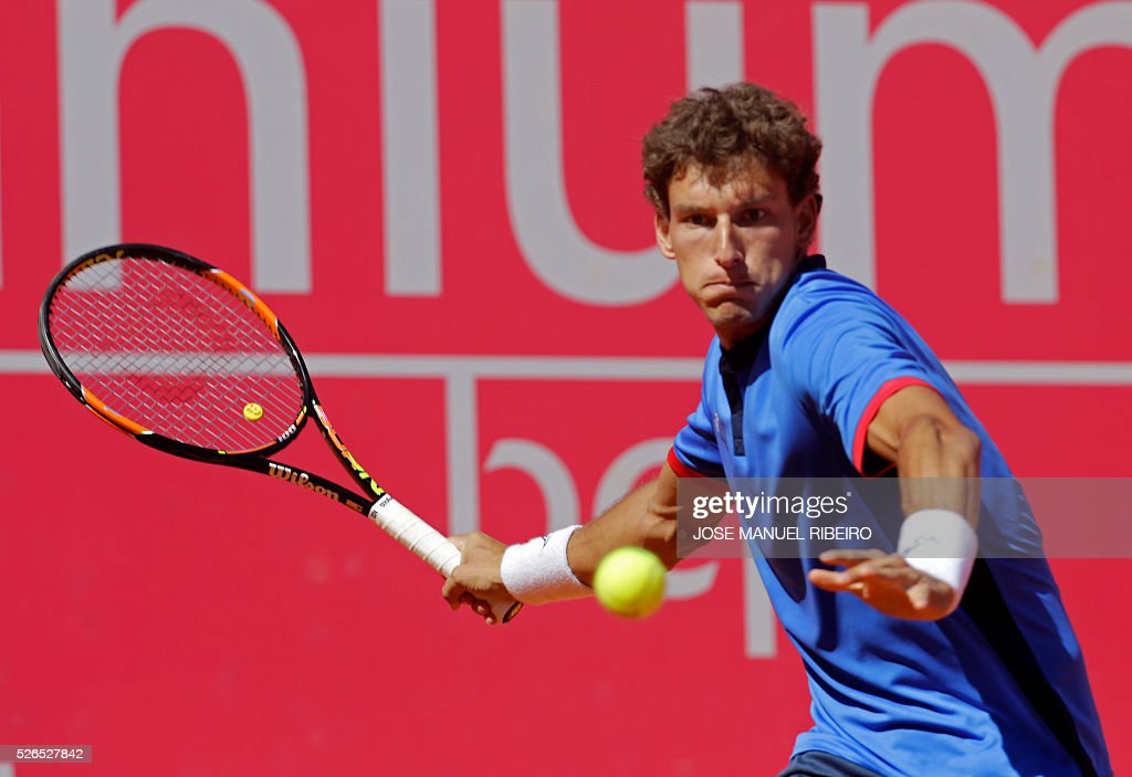 Spanish tennis player Pablo Carreno Busta returns a ball to French player Benoit Paire during their semi-final match of the Estoril Open Tennis tournament in Estoril on April 30, 2016. / AFP / JOSE