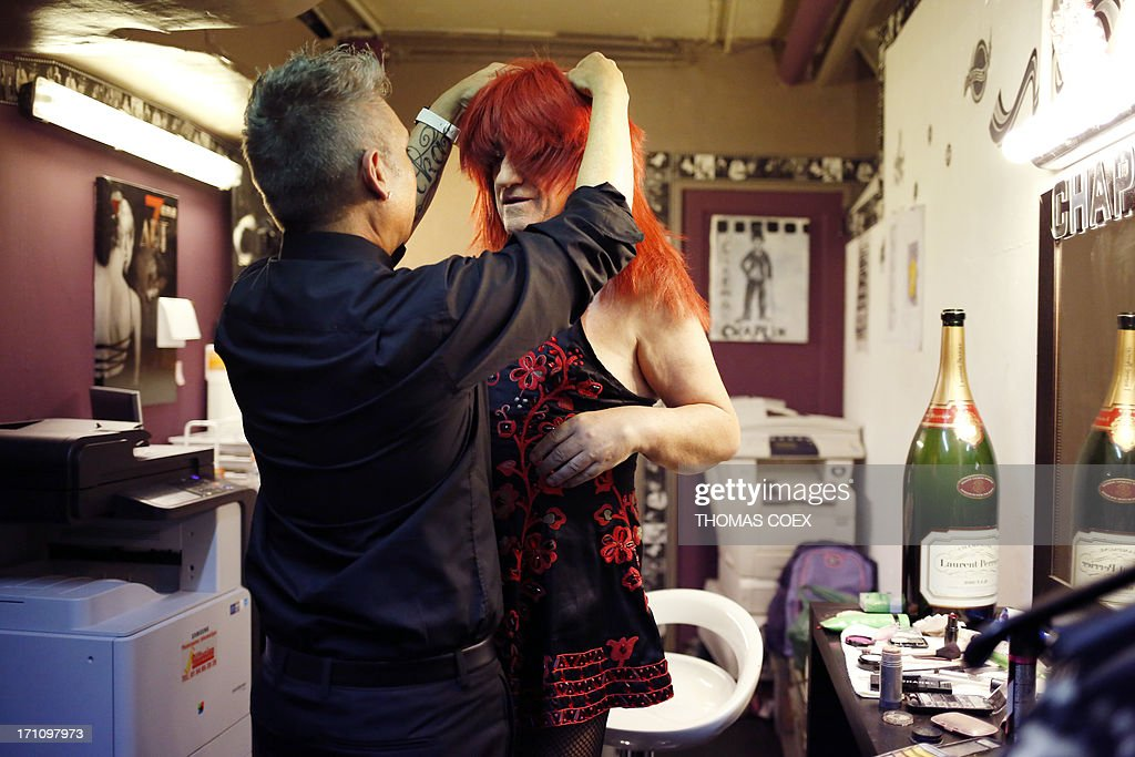Spanish transformist artist Jose Antonio Nielfa, aka 'La Otxoa' wears a wig in backstage before a show in Paris, on June 21, 2013. Nielfa, 67, is a main Spanish gay mouvment pioneer and Spanish 'movida' protagonist. AFP PHOTO THOMAS COEX