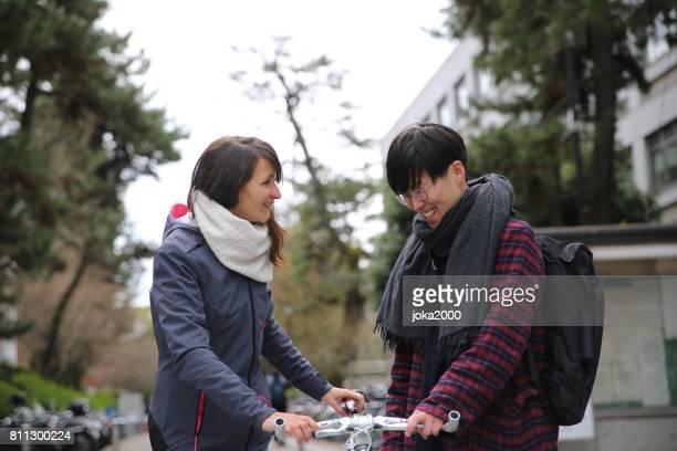 スペインの女性と日本男性京都通りの話