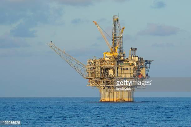 Spar タイプの制作プラットフォーム(石油掘削装置)