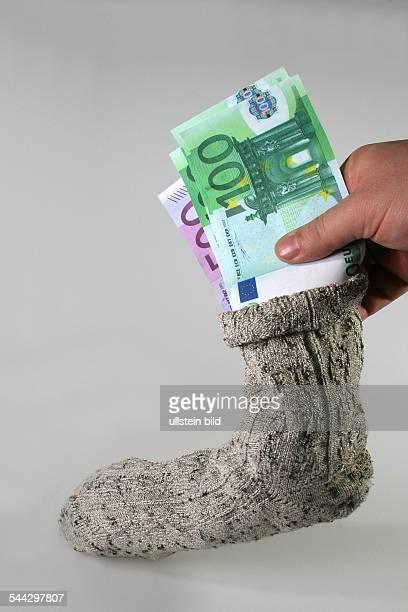 Sparen Sparstrumpf Geldscheine in einem Wollsocken