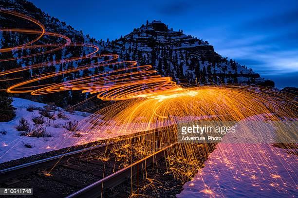 Sparks Feuer und Canyon-Landschaft in der Abenddämmerung