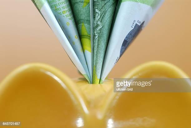 Sparschwein mit Geldscheinen Sparen Sparsamkeit Konsum Gesch‰ftsinvestitionen Finanzen Kredit Kredite Geld Geldschein Geldscheine Euro Euros Kosten...