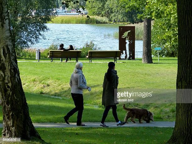 Spaziergänger im Kurpark am Scharmützelsee in Bad Saarow