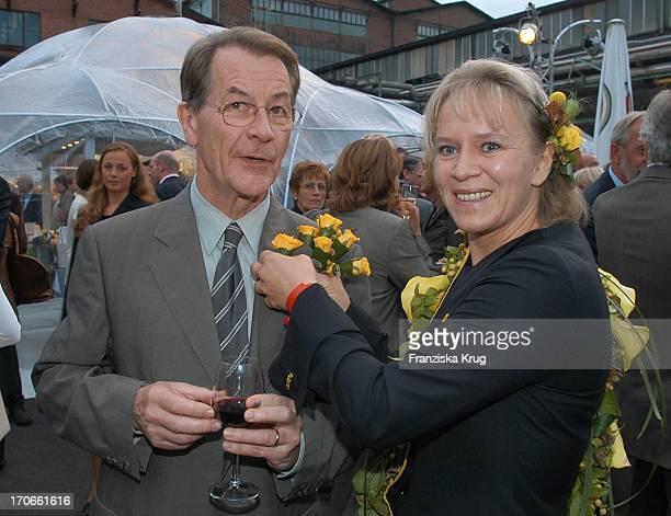 Spd Politiker Franz Müntefering Mit Fleurop Blumen Beim 'Zdf Hansetreff' In Der Hovestrasse Im Industriegebiet In Hamburg