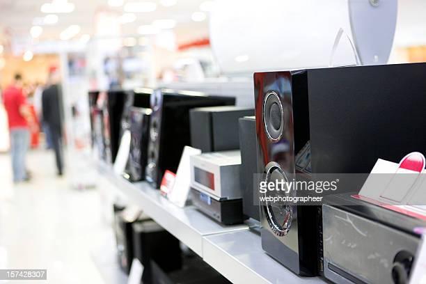 Altavoces en tienda de electrónica