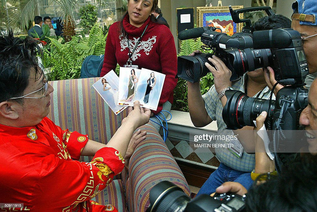 A specalized journalist talks about favourite candidates 30 May 2004 at a hotel in Quito, Ecuador, where the Miss Universe 2004 contest will be held next 01 June. AFP PHOTO/Martin BERNETTI