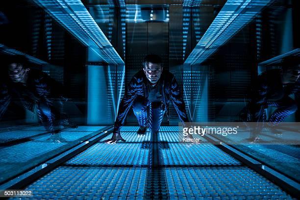 agent spécial ramper dans un couloir foncé