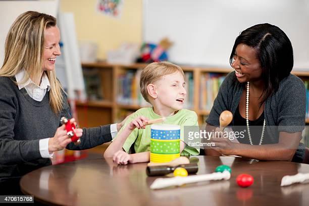 Menino e o professor com necessidades especiais
