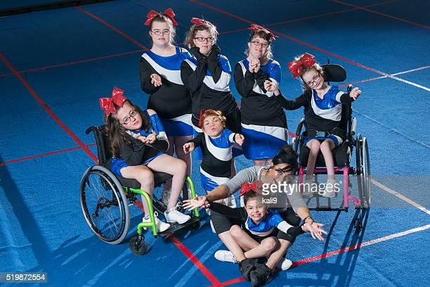 Esigenze speciali cheerleading squadra con allenatore