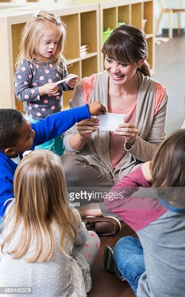 Necessidades especiais criança no infantário turma com o grupo