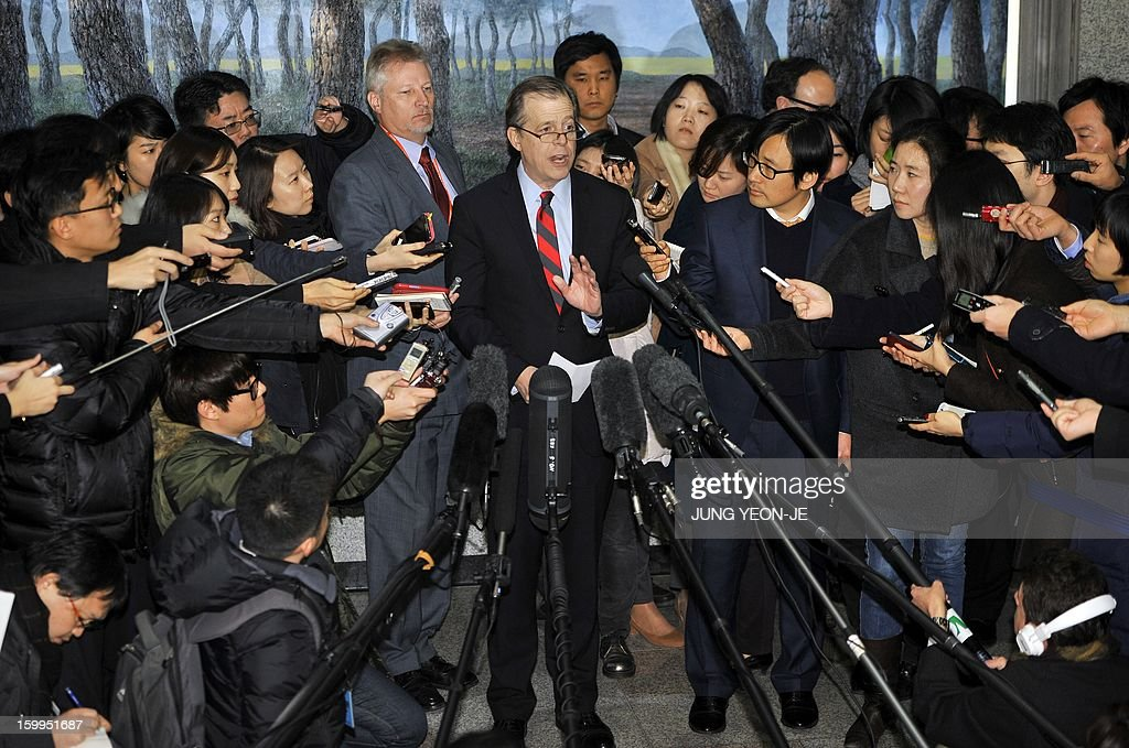 US special representative for North Korea policy, Glyn Davies (C), speaks to the media after a meeting with South Korea's nuclear envoy Lim Sung-Nam at the Foreign Ministry in Seoul on January 24, 2013. The US special envoy warned North Korea against conducting a possible nuclear test, a day after Pyongyang hinted that it might push ahead with a nuclear test to retaliate against the UN Security Council resolution. AFP PHOTO / JUNG YEON-JE