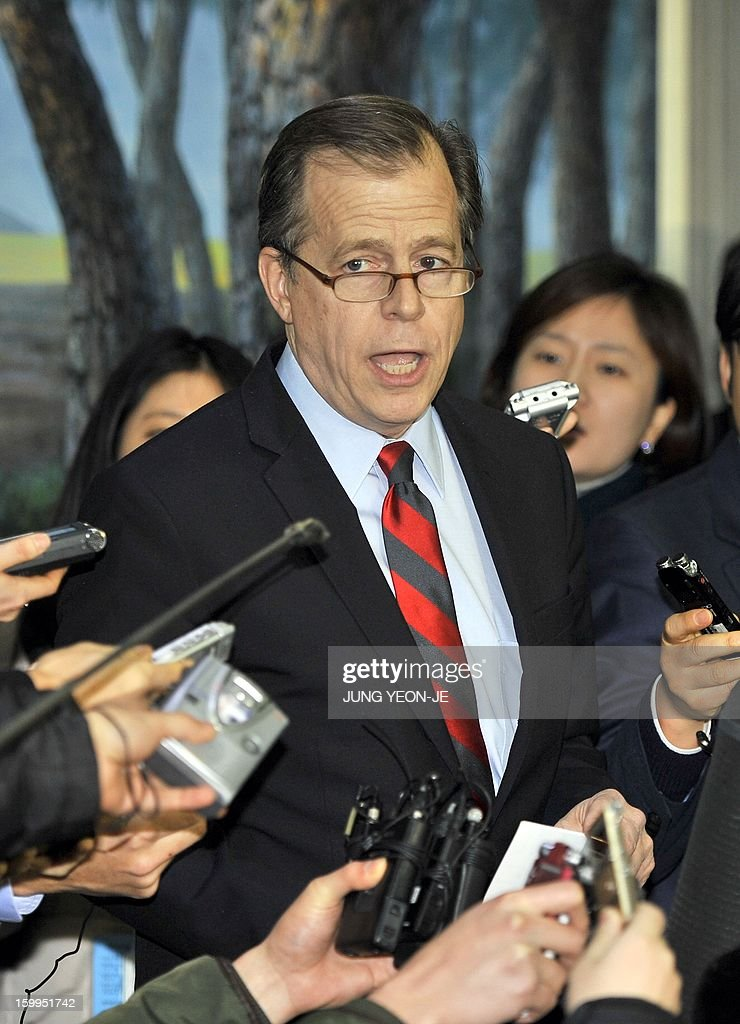 US special representative for North Korea policy Glyn Davies (C) speaks to the media after a meeting with South Korea's nuclear envoy Lim Sung-Nam at the Foreign Ministry in Seoul on January 24, 2013. The US special envoy warned North Korea against conducting a possible nuclear test, a day after Pyongyang hinted that it might push ahead with a nuclear test to retaliate against the UN Security Council resolution. AFP PHOTO / JUNG YEON-JE
