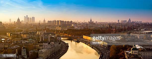Spektakuläre panorama der Stadt Moskau mit goldenen Fluss bei Sonnenuntergang