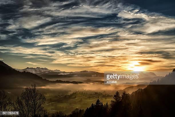 Atemberaubenden Sonnenuntergang über der Landschaft im europäischen Alpen im winter