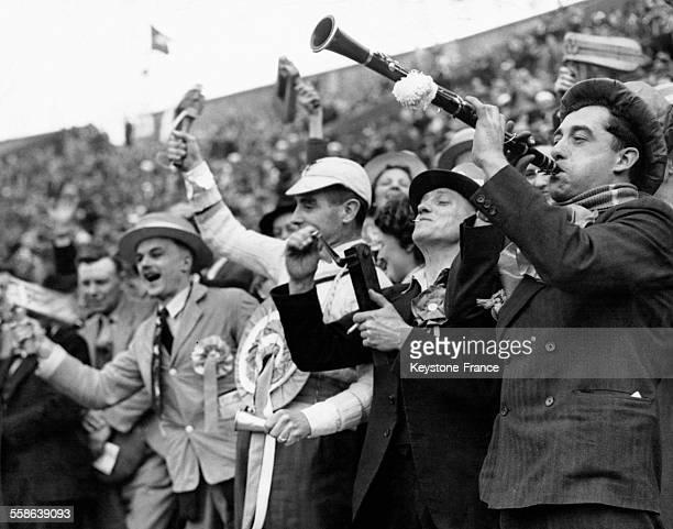 Spectateurs au stade de Wembley pour assister à la finale de la coupe d'Angleterre de football entre Manchester United et Blackpool le 24 avril 1948...