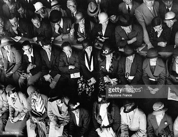 Spectateurs du court numéro 1 lors de l'ouverture du tournoi de tennis de Wimbledon le 26 juin 1933 à Londres RoyaumeUni