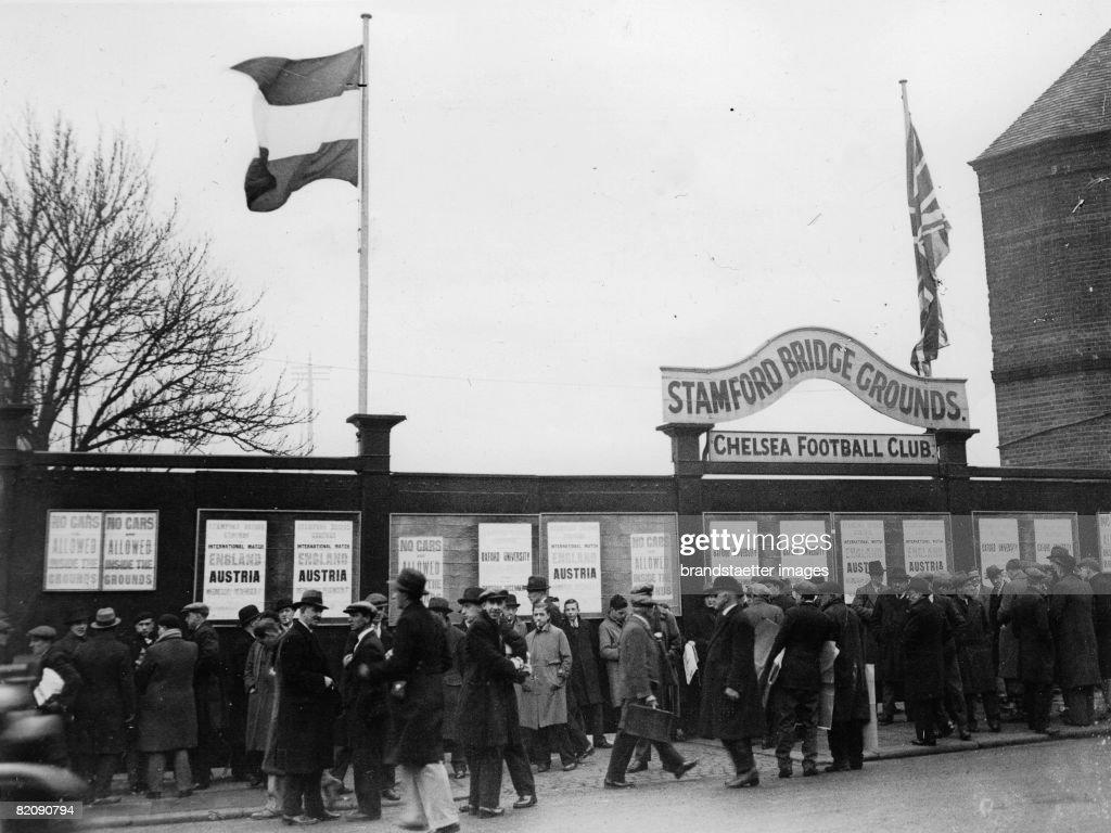 Spectators in front of the Stamford Bridge Stadium England Photograph December 7th 1932 [Zuschauer vor dem Stadion an der Stamford Bridge wo das...
