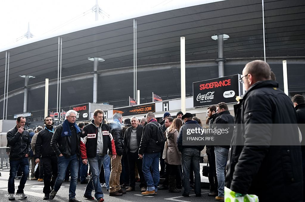 Spectators pass a security check-point outside the Stade-de-France stadium in Saint-Denis, north of Paris, on February 6, 2016, prior to the Six Nations international rugby union match between France and Italy. / AFP / Franck FIFE